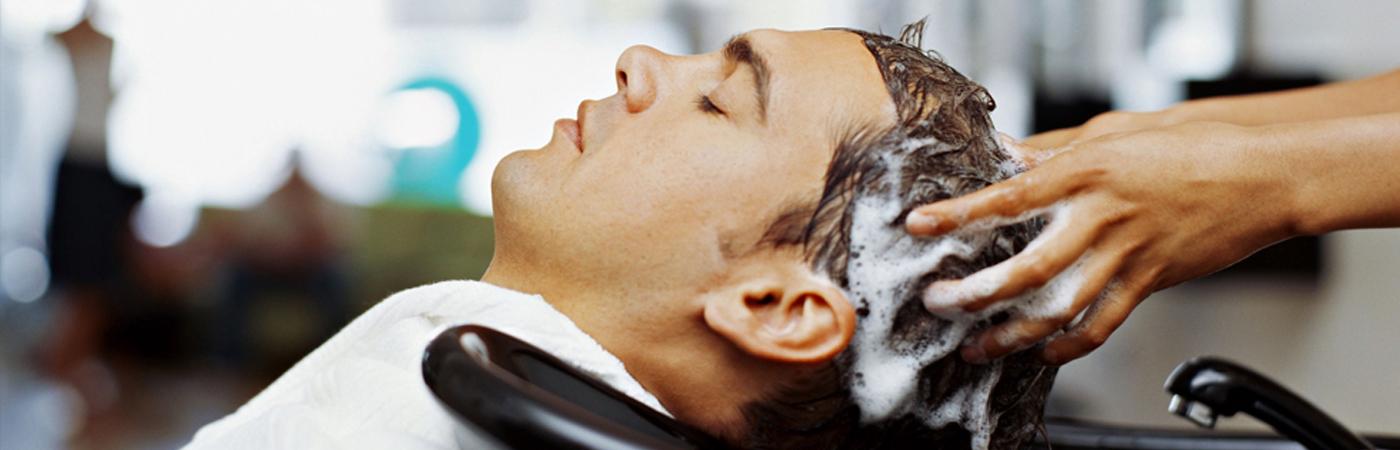 OS-Afspraak-maken-Het-haar-van-een-man-wordt-gewassen-bij-de-kapper